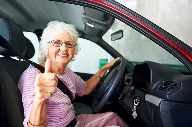 Araç kullanan yaşlı kadın
