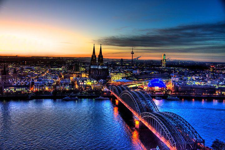 Kolonya ve Ren nehrinin böldüğü Köln şehri