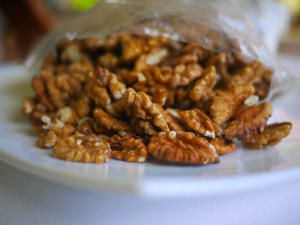 Ramazan tatlısı güllaç için ceviz içi
