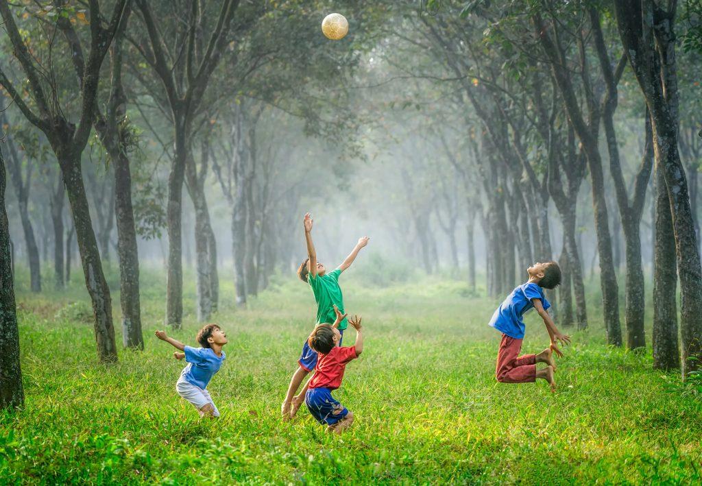 İn-cin olmadan, çocuklar top oynarken