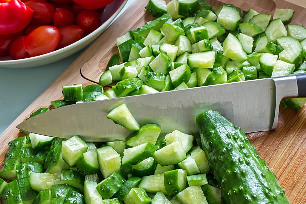 Salatalık küp doğranır